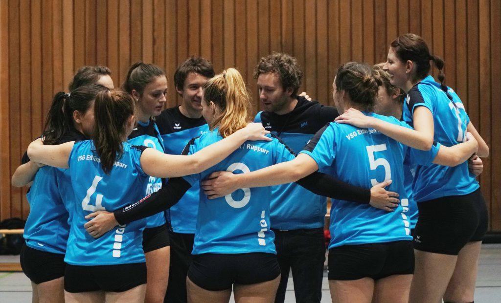 Die Spielerinnen und Trainer feiern nach dem Spiel.