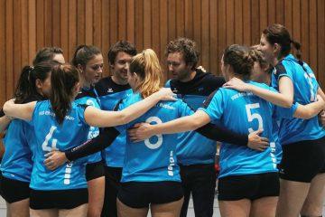 Damen 1: Spielerinnen und Trainer feiern den Heimsieg.